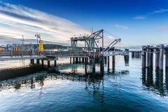 Färjaskeppsdocka i den fredag hamnen Arkivbilder
