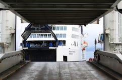 Färjaskeppsdockor i Puttgarden port, Tyskland Arkivfoton