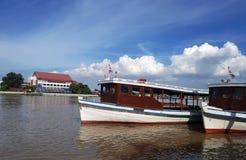 Färjastation och färja på floden royaltyfria foton