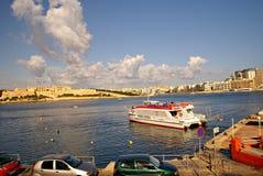 Färjer trans. på ön av Malta Arkivbild