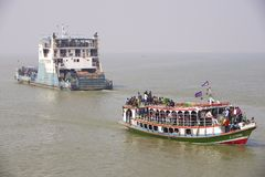 Färjor korsar den Ganga floden Bangladesh arkivfoton