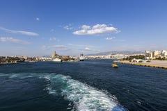 Färjor kryssningskepp som ansluter på porten av Piraeus, Grekland Royaltyfria Foton