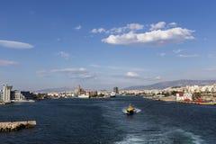 Färjor kryssningskepp som ansluter på porten av Piraeus, Grekland Arkivbild