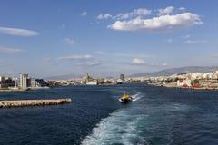 Färjor kryssningskepp som ansluter på porten av Piraeus, Grekland Royaltyfria Bilder
