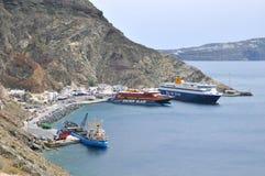 Färjor på Athinios port Arkivbild