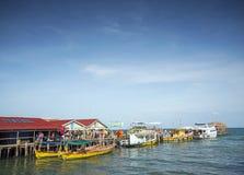 Färjor på pir för kohrongö i cambodiaferries på kohrong I Arkivbild