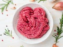 Färsnötkött, jordkött med ingredienser för att laga mat på vit wo royaltyfri fotografi