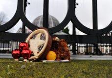 Färspaj med marsipanfrukter som lämnas i snö Royaltyfri Bild