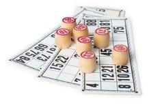 Fässer für Bingo auf Karten, getrennt auf Weiß Lizenzfreie Stockfotos