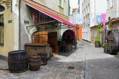 Fässer und Warenkorb auf der Straße in Riga Stockfotos