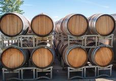 Fässer Wein wartend geliefert zu werden stockbild