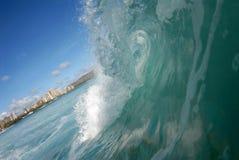 Fässerfüllenwelle in Hawaii lizenzfreie stockbilder