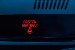 Fäst säkerhetsbältet undertecknar in bilen arkivbild