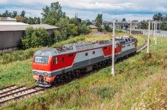 Fäst till varandra elektrisk lokomotiv och diesel- lokomotiv på vänden av järnhunden Arkivbild