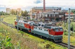 Fäst till varandra elektrisk lokomotiv och diesel- lokomotiv på vänden av järnhunden Royaltyfria Foton
