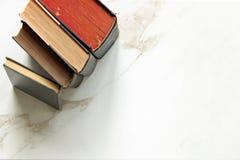 fästa för böcker som ihop isoleras över banatappningwhite royaltyfri foto