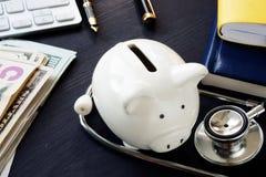 fästande ihop bland annat bana för finansiell hälsa piggy stetoskop för grupp royaltyfri foto