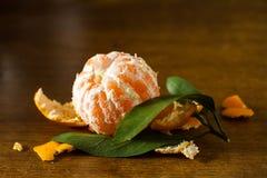 fästande ihop bland annat skalad mandarinbana Arkivbilder