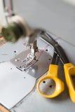 fästande ihop isolerad tappning för maskinbanasömnad Fotografering för Bildbyråer