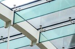Fästandet av det glass taket till de glass strålarna Arkivfoton