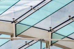 Fästandet av det glass taket till de glass strålarna Royaltyfria Bilder