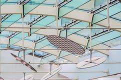 Fästandet av det glass taket till de glass strålarna Royaltyfri Fotografi