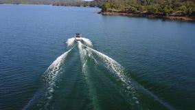 Fäste den flyg- sikten för det ursnygga surret 4k på personvattenskidåkning till det motoriska fartyget i tropisk seascape för ha lager videofilmer