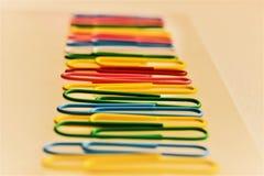 fäster färgrikt papper ihop Fotografering för Bildbyråer