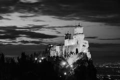 Fästning av Guaita på monteringen Titano på solnedgången i San Marino svart white royaltyfri foto
