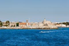 Fästning av St Nicholas och strandsikten från havet rhodes Arkivfoto