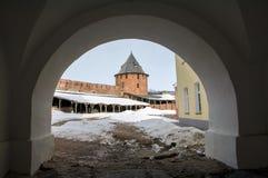 Fästning av staden av Veliky Novgorod av vintern, ett forntida välvt valv Arkivfoto