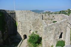 Fästning i den gamla staden av stången i Montenegro på en solig sommardag Royaltyfri Fotografi