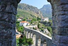 Fästning i den gamla staden av stången i Montenegro på en solig sommardag Mycket besökt ställe av turister Arkivfoto