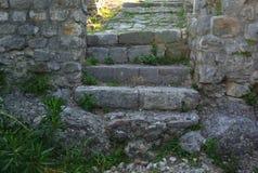 Fästning i den gamla staden av stången i Montenegro på en solig sommardag Mycket besökt ställe av turister Royaltyfria Foton