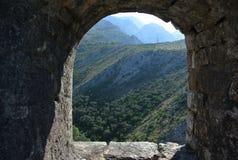Fästning i den gamla staden av stången i Montenegro på en solig sommardag Mycket besökt ställe av turister Arkivfoton
