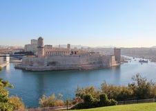 Fästning på den gamla porten av Marseille i morgonljuset Arkivbild