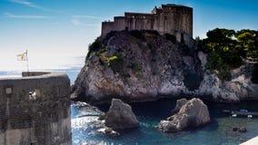 Fästningen Lovrijenac är en lek av biskopsstolskytteuppsättningen i Dubrovnik arkivbilder