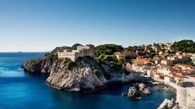 Fästningen Lovrijenac är en lek av biskopsstolskytteuppsättningen i Dubrovnik royaltyfria bilder