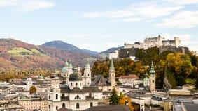 Fästningen och den gamla staden av Salzburg Arkivbilder