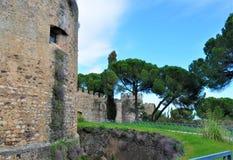 Fästningen och väggarna inom slotten Royaltyfri Fotografi