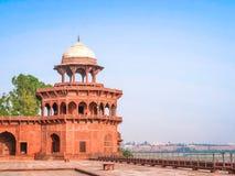 Fästningen på Taj Mahal Yamuna flodstrand, UNESCOvärldsarv, Agra, Uttar Pradesh, Indien, royaltyfri foto