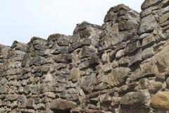 Fästningmurar med tinnar från stora stenar i Georgia fotografering för bildbyråer