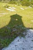 Fästningtornskugga över gräs och stenen Arkivfoto