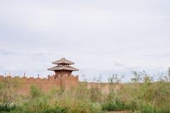 Fästningvägg och watchtower på den historiska platsen av Yang Pass, i Yangguan, Gansu, Kina fotografering för bildbyråer