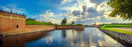 Fästningväggar och vallgrav med vatten i den Kronborg slotten på solnedgången denmark helsingor royaltyfri foto