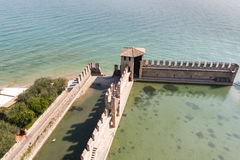 Fästningväggarna av Castello Scaligero i Sirmione på sjön Gar Royaltyfri Foto