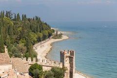 Fästningväggarna av Castello Scaligero i Sirmione på sjön Gar Arkivbilder