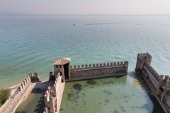 Fästningväggarna av Castello Scaligero i Sirmione på sjön Gar Royaltyfri Bild