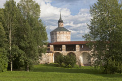 Fästningväggen den stora antagandekloster och hovslagaren står högt i den Kirillo-Belozersky kloster, den Vologda regionen, Ryssl Royaltyfri Fotografi