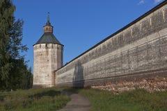 Fästningväggen och Ferapontovskii (Moskovskaya) står högt den Kirillo-Belozersky kloster i den Vologda regionen, Ryssland Arkivfoto